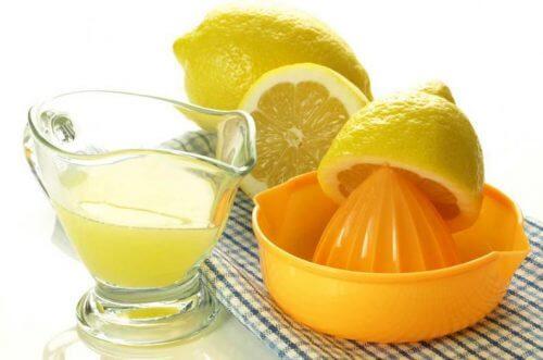 Hausmittel gegen Zahnstein: Zitronensaft
