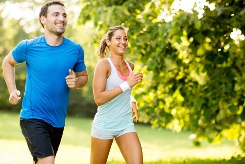 Mann und Frau beim Training beachten Tipps gegen Besenreiser