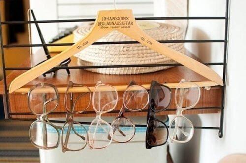 Brillen an einem Kleiderbügel für mehr Ordnung zu Hause