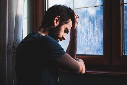 Mann leidet an Anzeichen für Krebs: chronische Müdigkeit und Erschöpfung