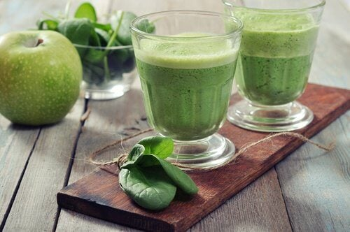 Mixgetränke mit Spinat und Apfel