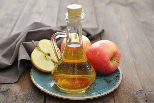 Nagelpilz natürlich behandeln mit Apfelessig