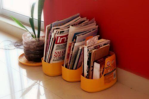 Plastikflaschen recyceln und in einen Zeitschriftenständer verwandeln