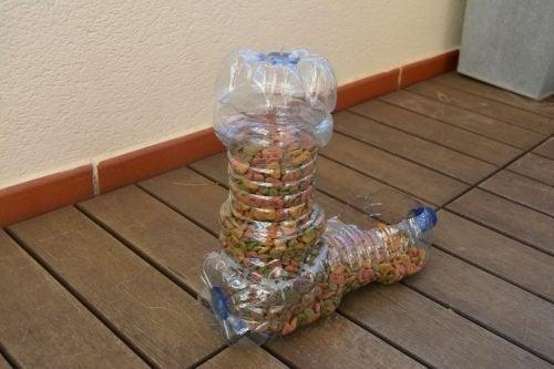 Plastikflaschen recyceln und damit einen Behälter für Hundefutter herstellen