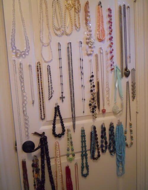 Klebeaufhänger im Schrank für mehr Ordnung zu Hause