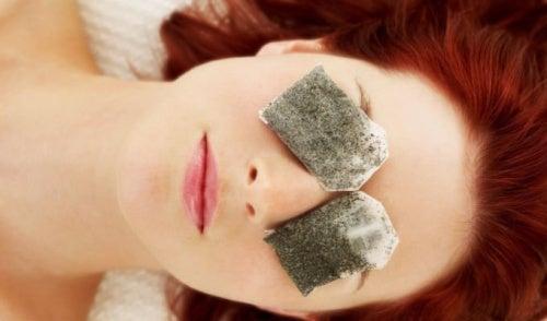 trockenes Auge mit Teebeutel behandeln
