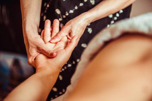 Ursachen von Arthrose in den Händen einer Frau