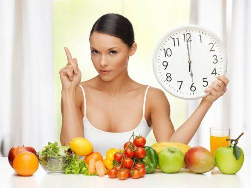 Frau empfiehlt dir Obst und Gemüse und fragt sich warum dein Bauchfett nicht schmilzt