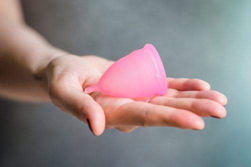 Hilfe bei Scheidentrockenheit können Menstruationstassen bieten