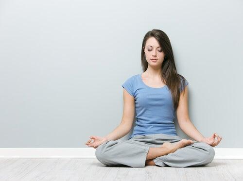 Übungen gegen Nackenschmerzen: Lotusposition und Schulterdrehungen