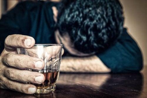 Willst du einem Aneurysma vorbeugen, sind Alkohol- und Tabakkonsum schlecht.