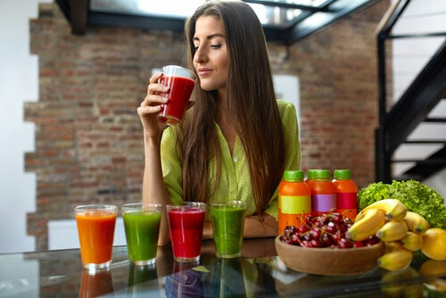 Frau macht einwöchige Detox-Kurmit grünen Smoothies