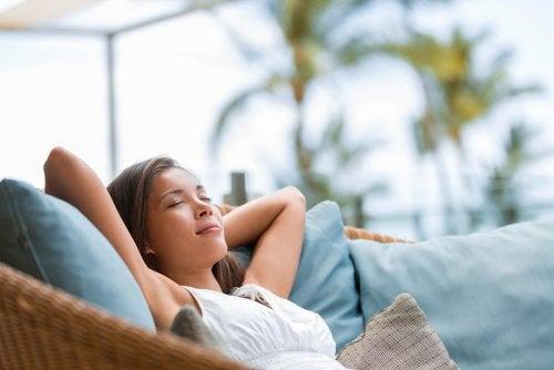 Frau möchte ruhiger leben und genießt Entspannung auf dem Sofa