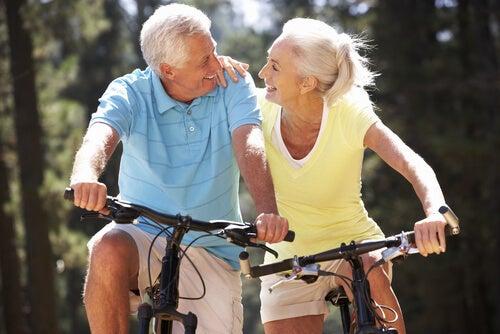 Paar ist fit und schlank im Alter