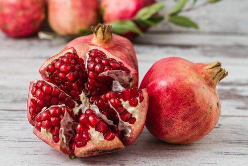 Granatäpfel sind eines vieler Lebensmittel gegen Blutarmut.