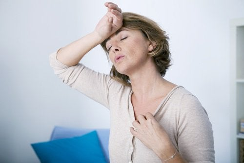 ältere Frau braucht Hausmittel gegen Hitzewallungen