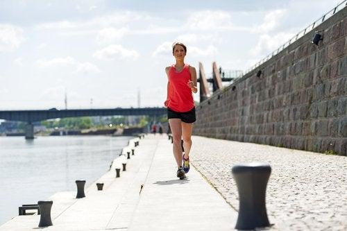 Frau möchte ruhiger leben durch Sport