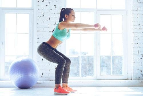 Kniebeugen - eine der Übungen für schöne Beine