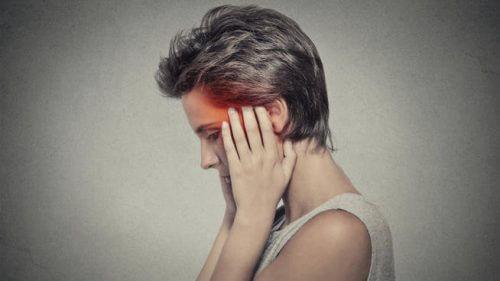 Frau hat nachts Kopfschmerzen