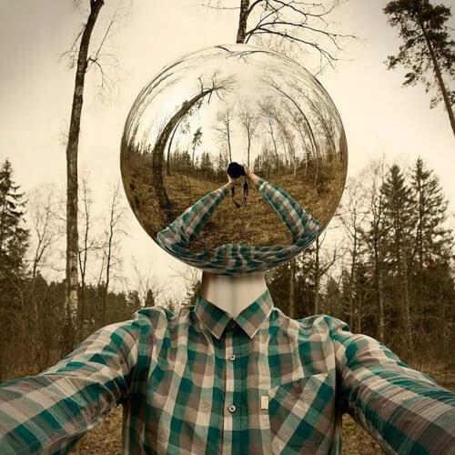 Mann im Wald mit Glaskugel