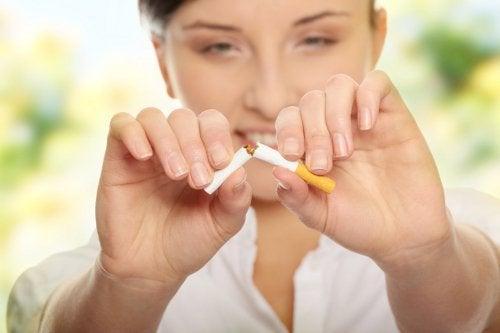 Frau hört mit Rauchen auf, denn sie kennt das Geheimnis schöner Haut