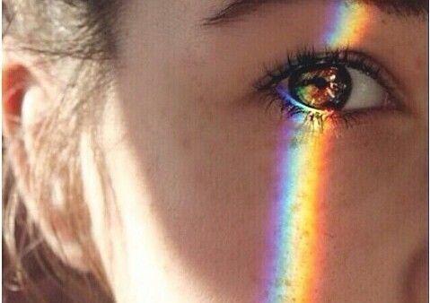 Körpersprache und Blickmit Regenbogen im Auge
