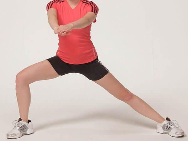 Seitliche Ausfallschritte- eine der Übungen für schöne Beine