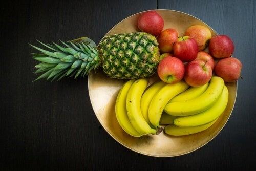 Ananas, Bananen und Äpfel solltest du nach dem Essen vermeiden.