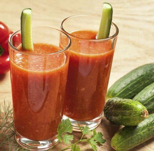 Detox-Getränke mit Gurke und Tomaten