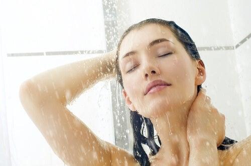 Eine Frau unter der Dusche weiß, dass sie das nach dem Essen vermeiden sollte.