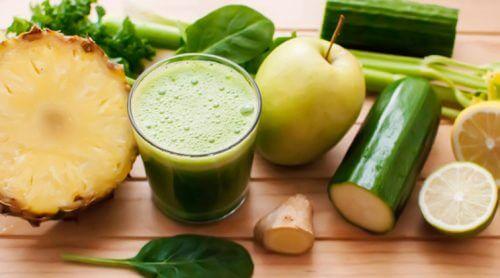 entgiftende Getränke mit Ananas und Gurke