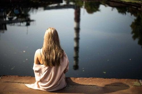 Frau am See hat keine Angst vor der Einsamkeit