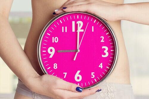 Frau mit Uhr braucht Hausmittel gegen Amenhorroe