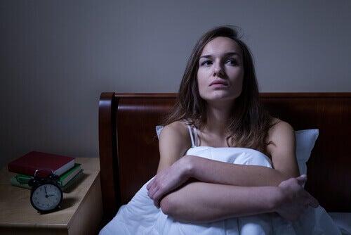 Frau ist wach und hat nächtliche Panikattacken