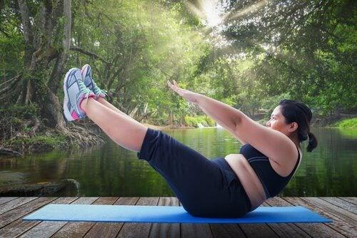 Falsche Ausführung sportlicher Übungenkönnen geschwollene Knöchel verursachen