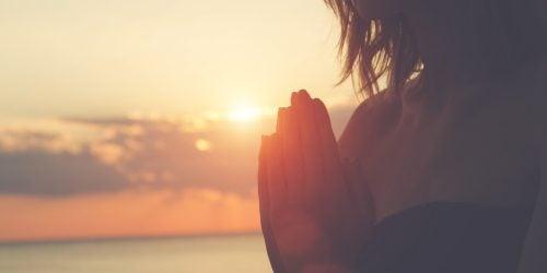 Frau grüßt mit Namaste