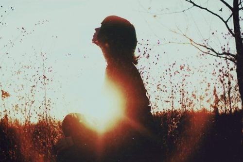 Frau in der Natur hat keine Angst vor der Einsamkeit