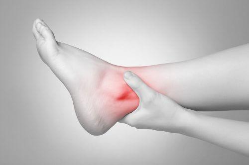 Geschwollene Knöchel als Anzeichen für Krankheiten