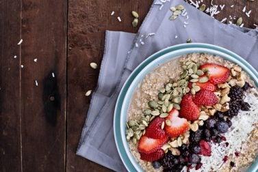 Samen und Obst für ein gesundes Frühstück ohne Milch