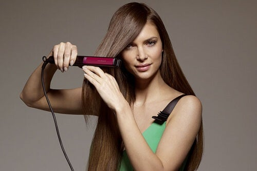 Glätteisen für die Haare zum Bügelnund zur Pflege der Wäsche