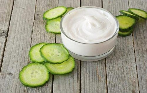 Joghurt und Gurke als Hausmittel gegen Hautflecken