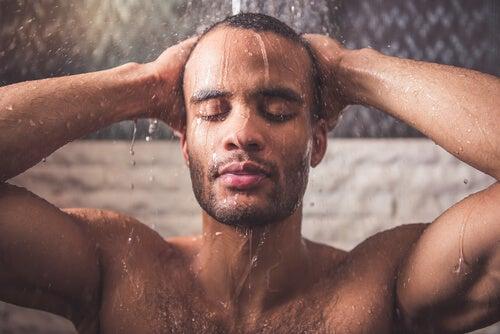 heiße Dusche und Übungen gegen Nackenschmerzen