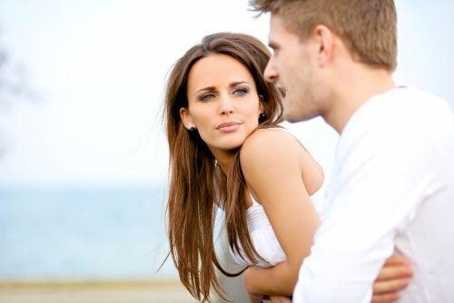 Körpersprache in einer Beziehung zwischen Mann und Frau