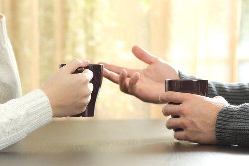 Körpersprache: die Hände sollte immer sichtbar sein