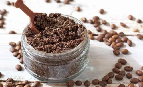 Hausmittel gegen Orangenhaut: Kaffeesatz und Wildrosenöl
