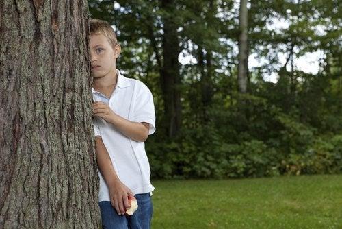 Kind mit Asperger-Syndrom in freier Natur