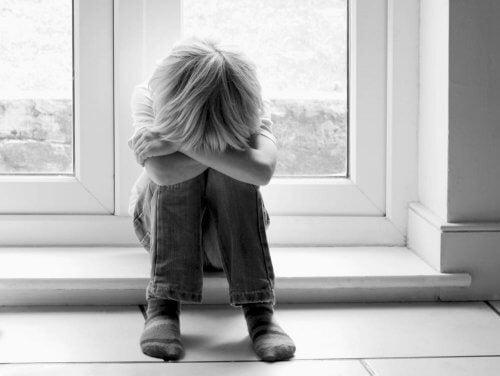 Kind mit Asperger-Syndrom hat Schwierigkeiten, Gefühle zu verstehen