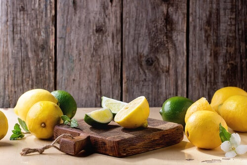 Anwendungen für Zitronen: Schneidebrett mit Zitrone reinigen