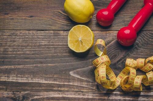 Anwendungen für Zitronen helfen beim Abnehmen