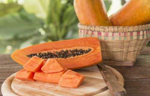 Hausmittel gegen Orangenhaut: Papaya und grober Zucker